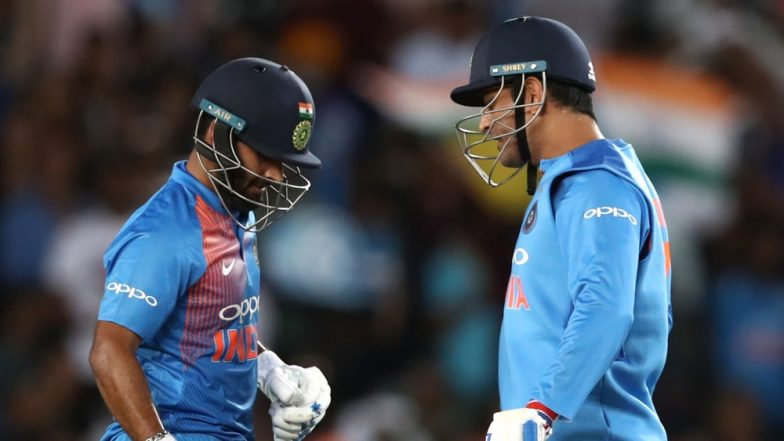 MS Dhoni Shares Wicket-Keeping Tips With Rishabh Pant Ahead of IND vs PAK, World Cup 2019 Match (Watch Video)