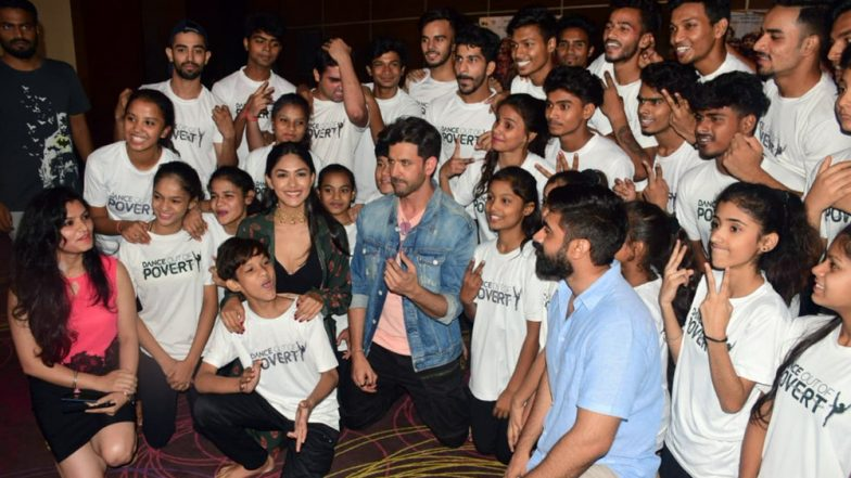 Super 30: Hrithik Roshan and Mrunal Thakur Fulfill the Wish of Underprivileged Kids by Dancing with Them (Pics/Video)