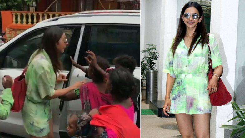 Rakul Preet Gets Mobbed By Street Kids Outside a Restaurant in Mumbai Leaving Her Baffled (Watch Video)