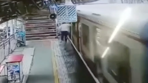 Mumbai Man Falls off Local Train While Trying to Nab Phone Thief, Dies; Video Goes Viral!