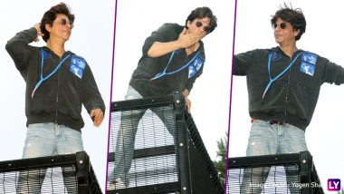 Shah Rukh Khan Makes His Annual Eid Appearance from Mannat and Strikes His Trademark Pose for Fans (See Pics)