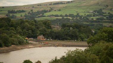 UK Floods: Residents of English Town Threatened With Flood Return to Homes