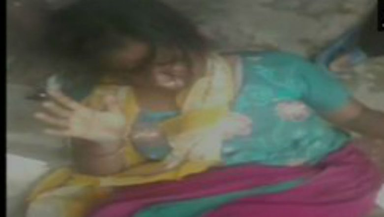 Mob Fury in Uttar Pradesh: Woman Thrashed by Group of People in Loni on Suspicion of Being a Child-Lifter