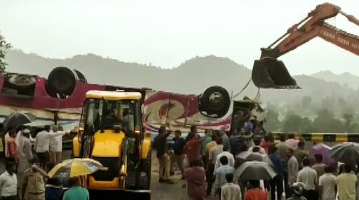 Gujarat Road Accident: 21 Dead After Bus Overturns Near Trishuliya Ghat in Banaskantha; PM Narendra Modi Expresses Grief