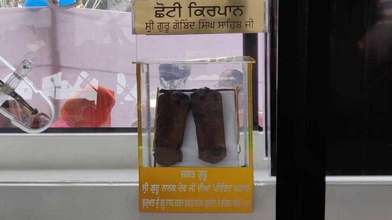Guru Nanak's 'Kharauns' or Wooden Sandals Arrive in Mumbai's Khalsa College; Watch Video