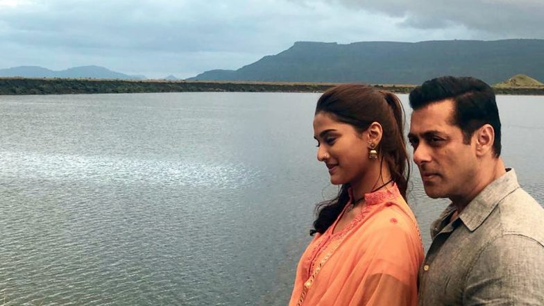 Salman Khan and Saiee Manjrekar Steal a Beautiful Moment on Dabangg 3 Sets (View Pic)