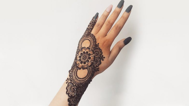 Latest Mehndi Designs For Karwa Chauth 2019: Simple Arabic and Indian Henna Mehandi Patterns to Apply on Hands and Feet This Karva Chauth (View Images and Video Tutorials)