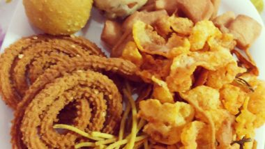 Diwali 2019 Snack Recipes: From Sweet Mathri to Caramalised Makhana Here are Delicious Snacks You Can Make At Home (Watch Tutorial Videos)