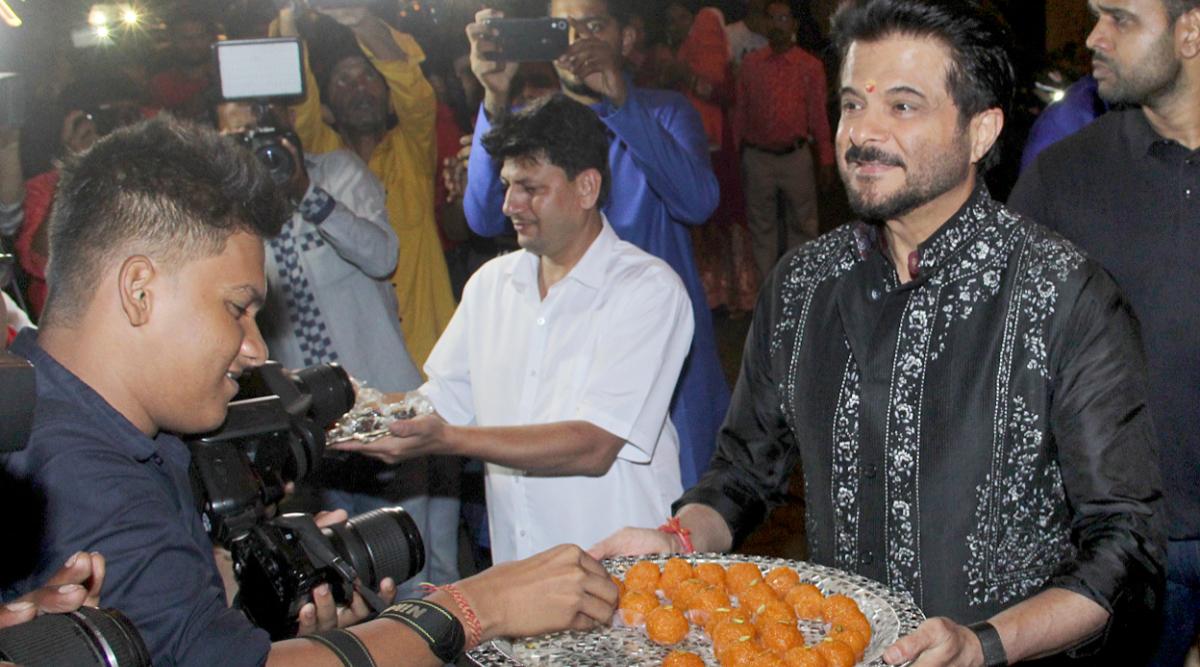 Diwali 2019: Anil Kapoor Personally Serving Meethai to the Photographers Outside His Residence Will Make You Say 'Ekdum Jhakaas'! (View Pics)