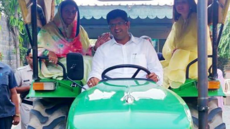 Haryana Assembly Elections 2019: JJP Leader Dushyant Chautala and His Family Reaches Polling Booth in Sirsa on a Tractor; See Pics