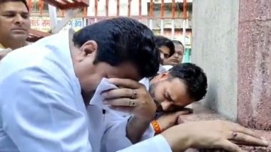 Firoz Khan, SP Leader, Cries In Front of Mahatma Gandhi Statue in Uttar Pradesh on Gandhi Jayanti 2019, Leaves Twitter Confused; Watch Video