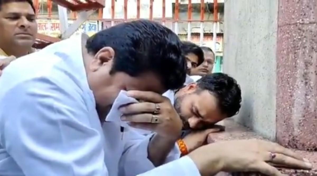 Firoz Khan, SP Leader, Cries In Front of Mahatma Gandhi Statue in Uttar Pradesh on Gandhi Jayanti 2019, Leaves Twitter Confused; Watch Video