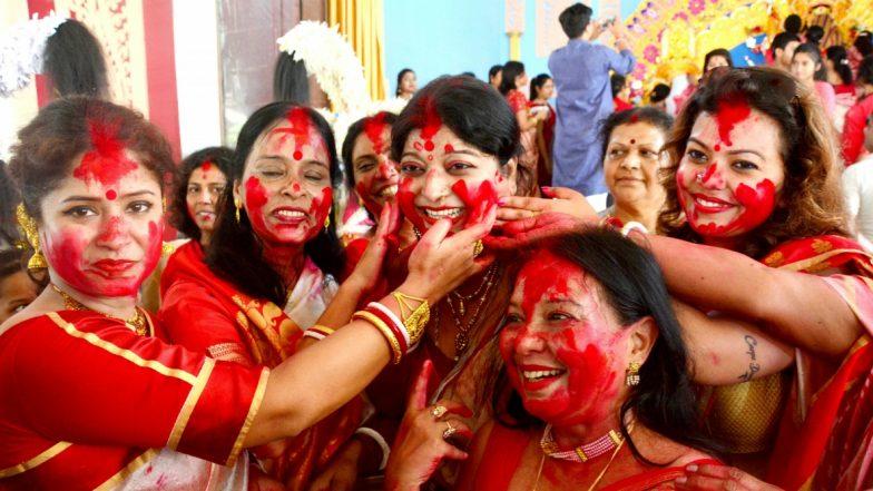 Sindoor Khela 2019: From Durga Visarjan Puja and Devi Baran to Sindur Khela Utsav, Why This Bijoya Dashami Ritual Holds Immense Importance in the Bengali Community