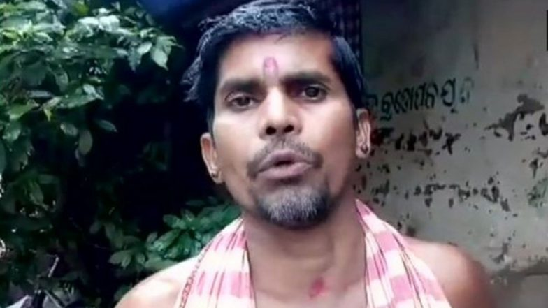 Odisha: Shocking Video of a Priest Blessing His Devotees on Vijaya Dashami by Putting His Foot on Their Heads Goes Viral!