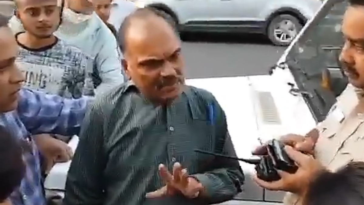 Paedophile Caught Kissing Beggar at Connaught Place; Instagram Post Goes Viral (Watch Video)