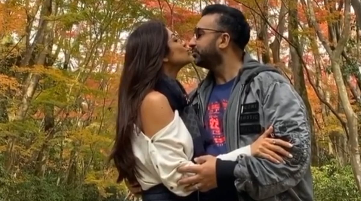 Shilpa Shetty and Raj Kundra Ring in 10th Wedding Anniversary in Japan, Steal a Kiss at a Picturesque Location (See Pic)