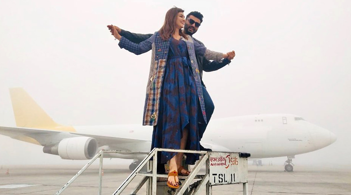 SRK Pose Or Titanic Pose? Kriti Sanon and Arjun Kapoor's Pictures While Promoting Panipat Will Leave You Curious