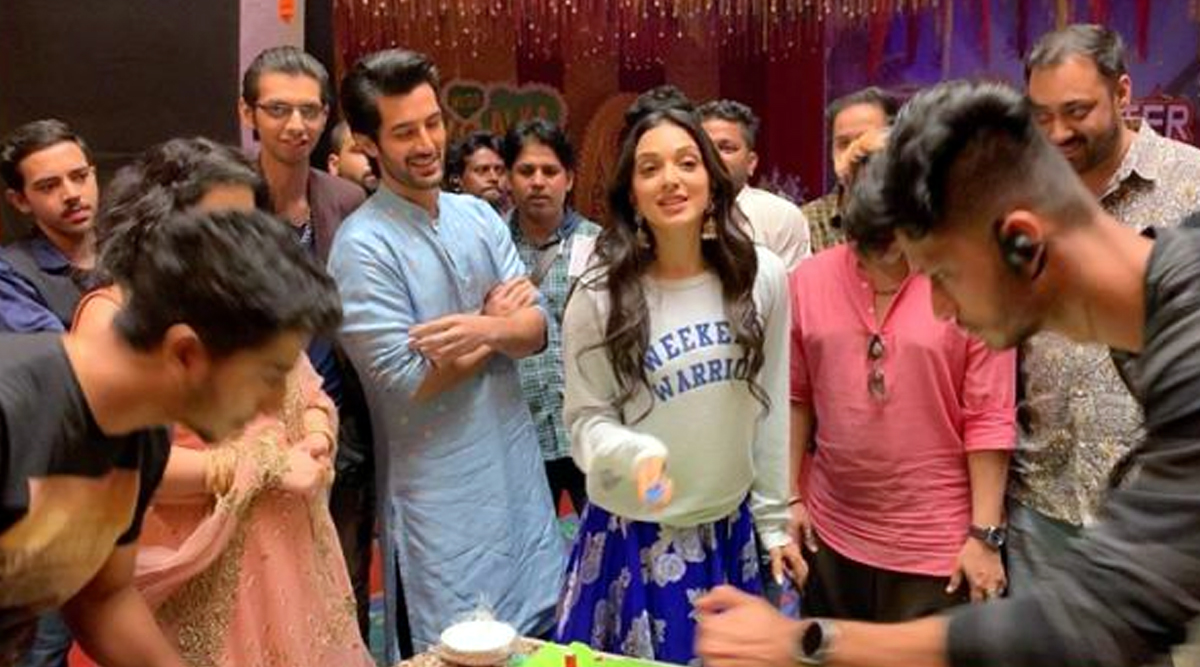 Kiara Advani Wraps Up 'Indoo Ki Jawani', Celebrates with Aditya Seal and the Entire Team (Watch Video)