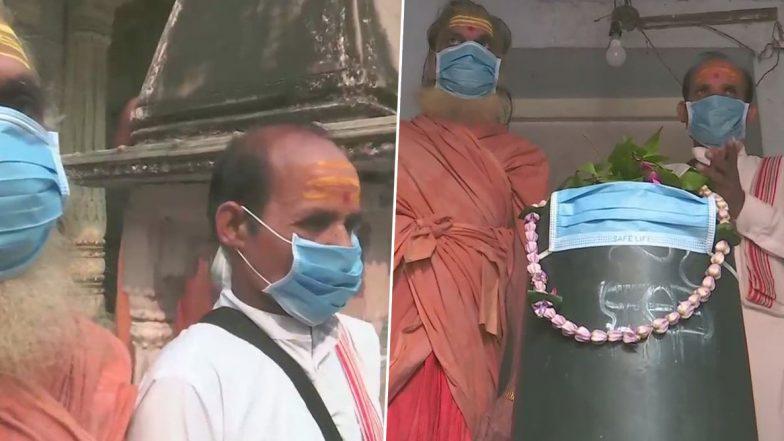 Uttar Pradesh Pollution: Shivling at Tarkeshwar Mahadev Temple in Varanasi Covered With Mask to Protect 'Bhole Baba' From Poisonous Air; See Pics