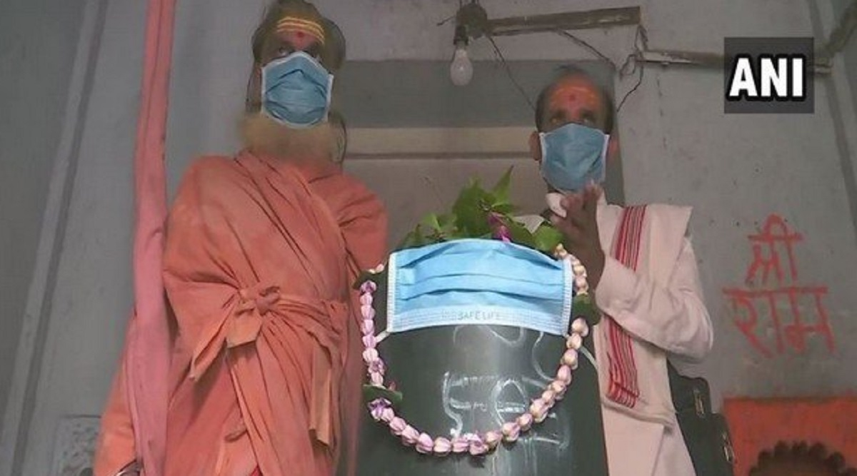 Uttar Pradesh Pollution: Priest Covers 'Shivling' With Mask as Air Quality Worsens in Varanasi