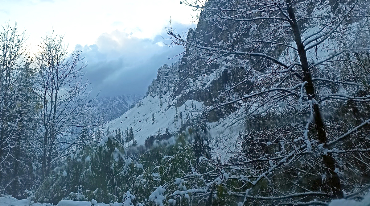 Winter 2019: Snow Covers Hills Overlooking Manali as Himachal Pradesh Witnesses Season's Lowest Temperature (See Pictures)