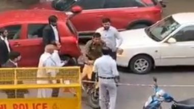 Tis Hazari Violence Aftermath: Lawyer Assaults Cop at Delhi's Saket Court, Video Goes Viral