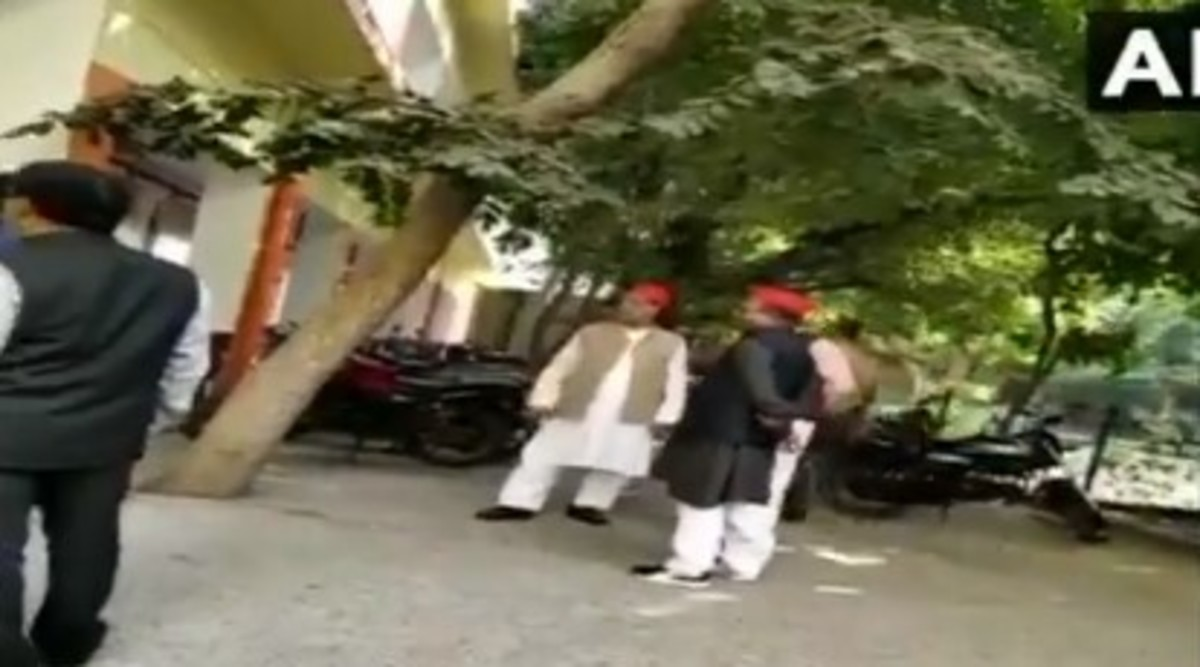 Samajwadi Party MLA Haji Ikram Qureshi Caught Smoking in Moradabad District Hospital During Mulayam Singh Yadav's Birthday Celebration; Video Goes Viral