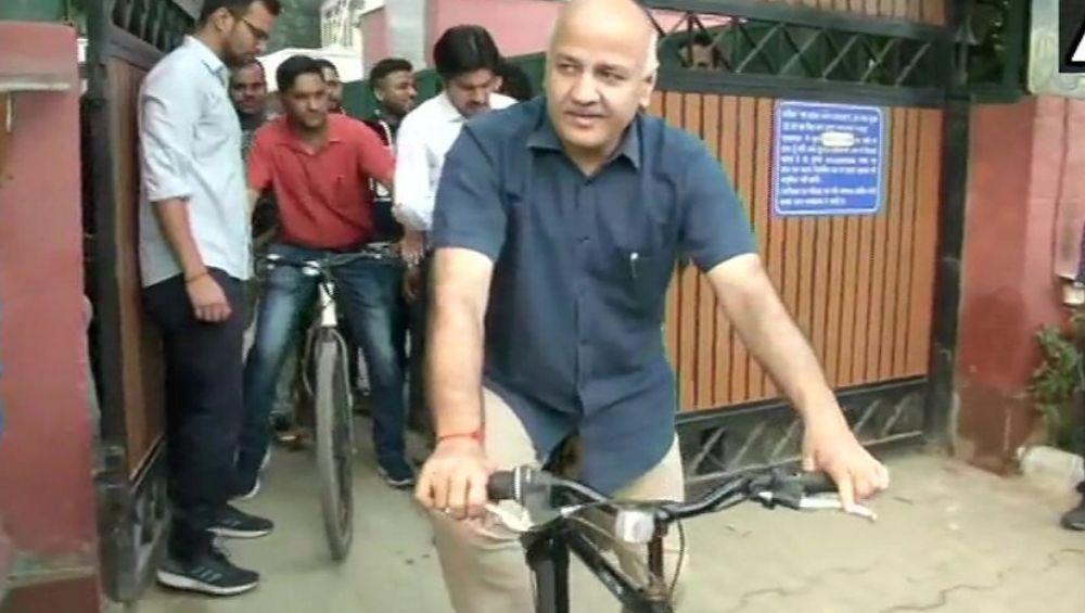 Delhi Deputy CM Manish Sisodia Cycles His Way to Office as Odd-Even Rule Begins in Bid to Curb Pollution