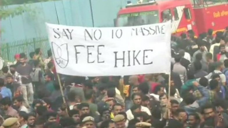 JNU Fee Hike Protest: Students, Police Clash Outside While V-C Venkaiah Naidu Attends Convocation Inside Campus