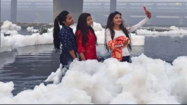 Picture of Girls Clicking a Selfie Standing in Toxic Foam of Yamuna River During Chhath Puja Goes Viral, Netizens Mock The Situation With Sarcastic Tweets