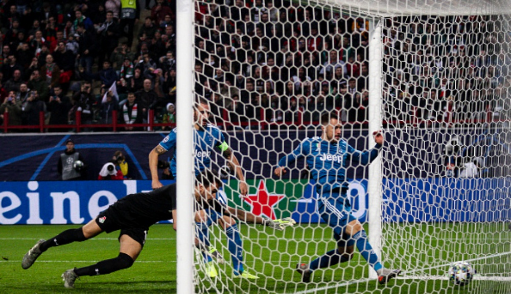 Aaron Ramsey Steals Cristiano Ronaldo's Free Kick During Lokomotiv Moscow vs Juventus, Champions League 2019-20; Mid-Fielder Apologises to CR7 (Watch Video)