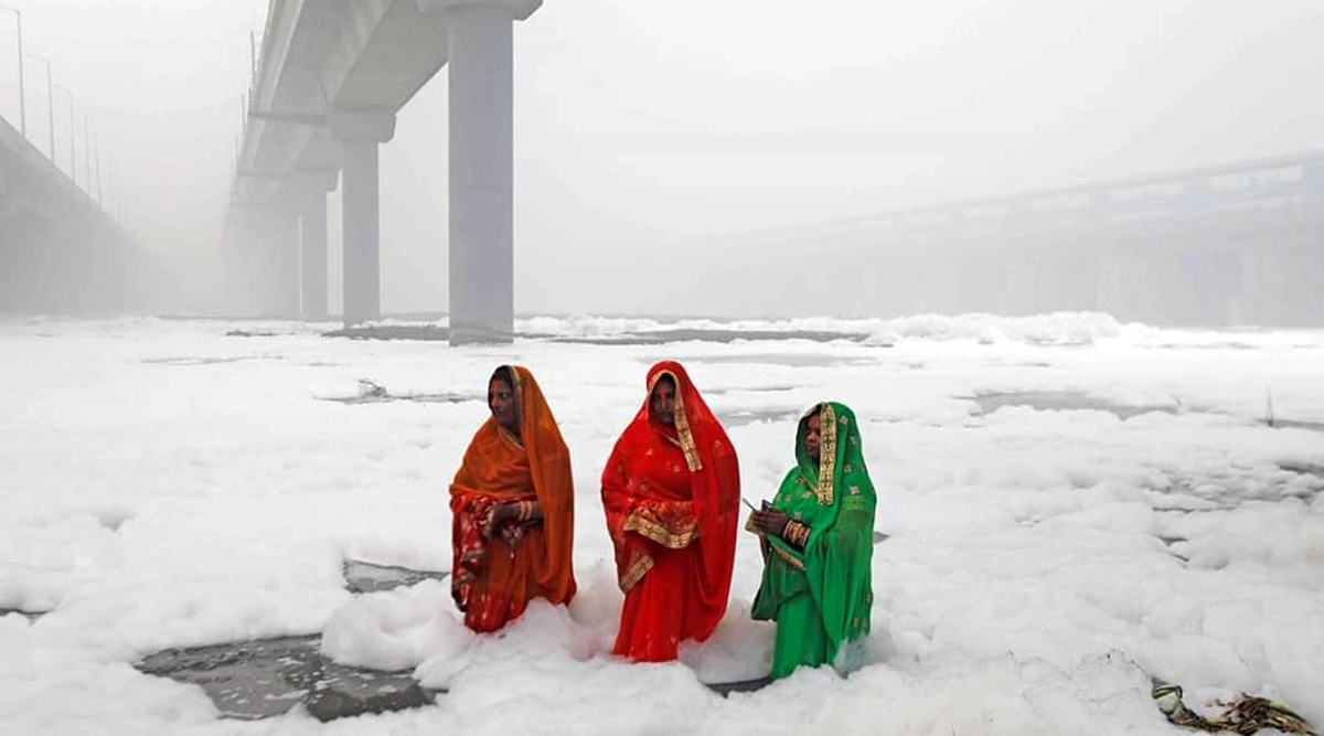 Chhath Puja 2019 Photo of Women Offering Prayers Amid Toxic Foams in the 'Polluted' Yamuna River in Delhi Goes Viral; Netizens Express Anger on Twitter