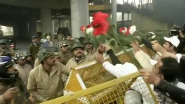 Jamia Millia Islamia University Students Offer Roses to Delhi Police Personnel Amid Protests Against Citizenship Amendment Act (Watch Video)