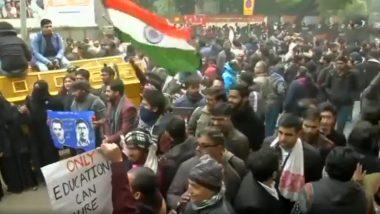 Anti-CAA Protesters in Delhi Sing 'Saare Jahaan Se Achha Hindustan Hamara' While Demonstrating at Jantar Mantar (Watch Video)