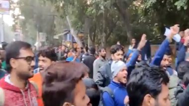 DU Students Stage Counter Protest Against CAA Protesters, Hail Delhi Police For Action in Jamia Millia University; Watch Video