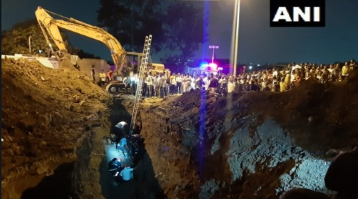 Pune: Four People, Including Two Fire Fighters, Stuck in Hole in Dapodi While Rescuing a Boy