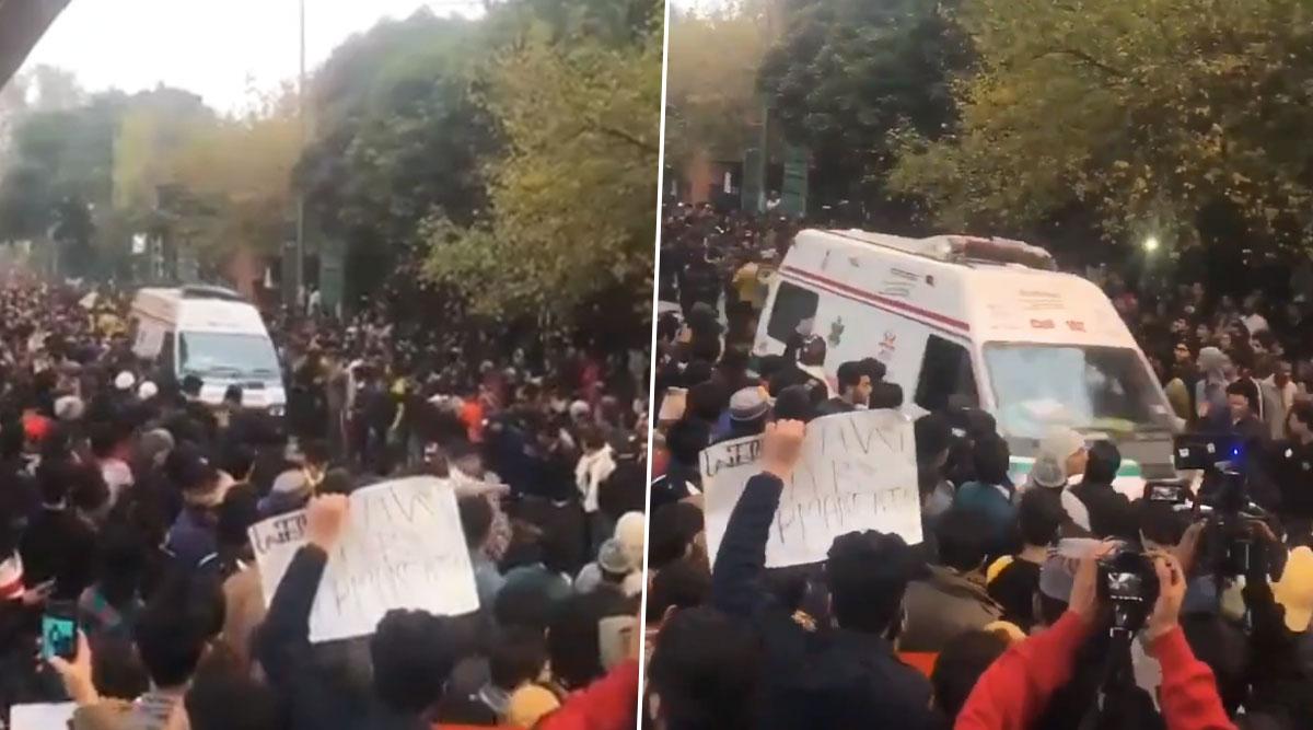 Jamia Millia Islamia Students Make Way For Ambulance During CAA Protest, Win Hearts on Social Media (Watch Video)