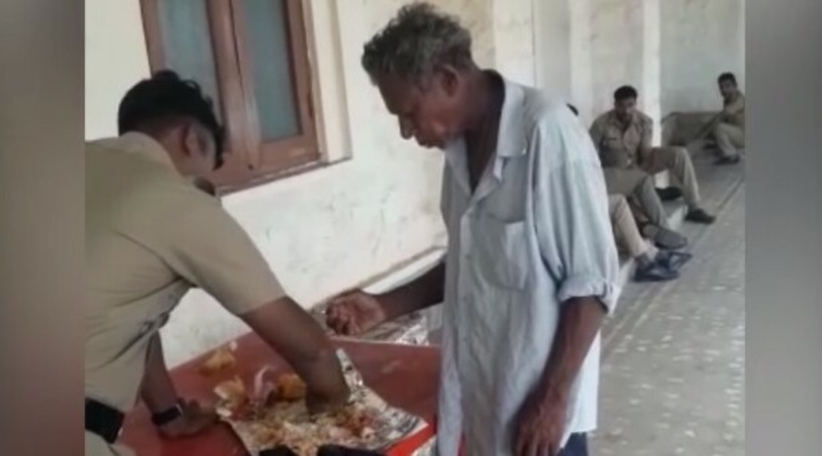 Kerala Police Officer Shares Food With Man in Thiruvananthapuram, Heart-Warming Video Goes Viral