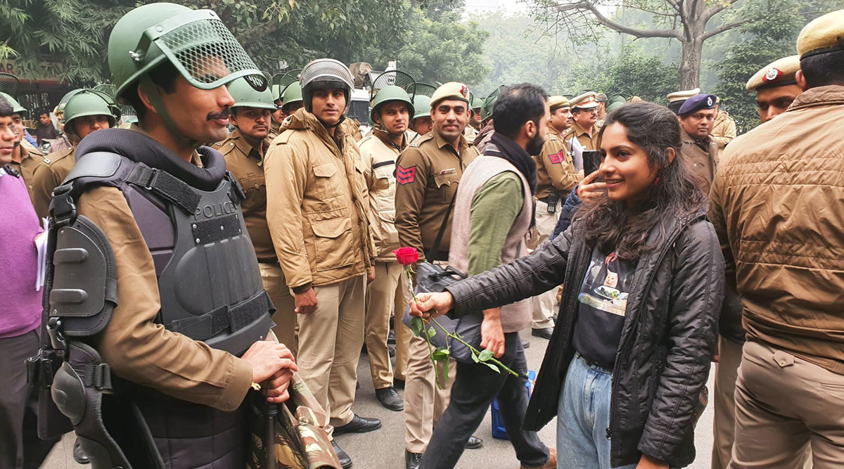 Protester Gives Red Rose to Armed Policeman As Delhi Remains Tense During CAA Protests, Pic Goes Viral