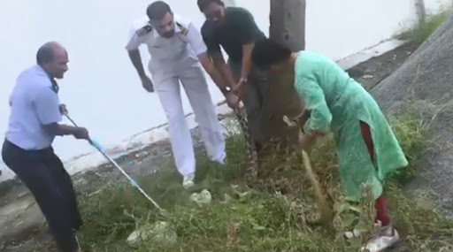 Kerala: Navy Officer's Wife Garners Praise for Rescuing 20 KG Python With Bare Hands, Watch Video