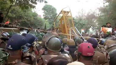 Jamia Protests: Delhi Police Resort to Lathicharge at Protesters After They Throw Water Pouches at Security Forces
