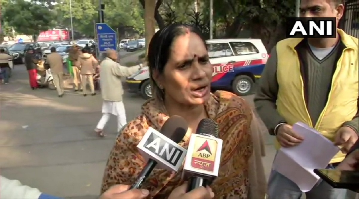 Nirbhaya Case: 'Either Convicts Trying to Delay Execution or Our System is Blind', Says Asha Devi Amid Doubts Over January 22 Execution