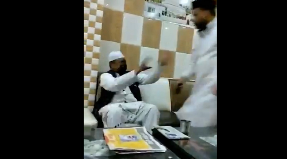 News of Ink Attack on MP BJP Leader Inayat Hussain is Fake! Fact-Check Reveals Video is Old, Person Assaulted is Ajmer Dargah Cleric, Matter Not Linked to CAA