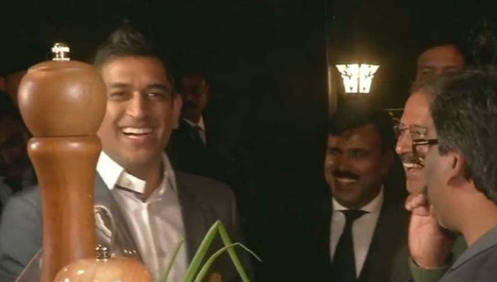 MS Dhoni Attempts Whistling Using Spring Onion During an Event in Ranchi (Watch Video)