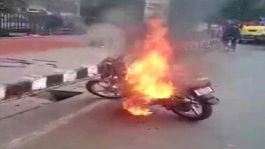 Delhi Man Sets Motorbike on Fire After Being Challaned for Riding Without Helmet by Traffic Police; Arrested