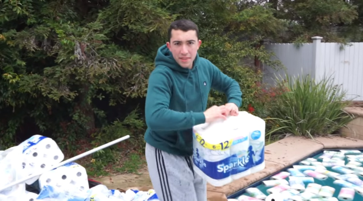 YouTuber Tyler Oliveira Uses 10 Lakh Paper Towels to Soak Pool, Gets Criticised For Wasting Resources (Watch Video)