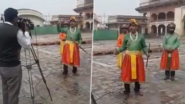 Pakistan Journalist Amin Hafeez's Emperor Avatar While Reporting Will Remind You of Chand Nawab's Funny Antics! Watch Video