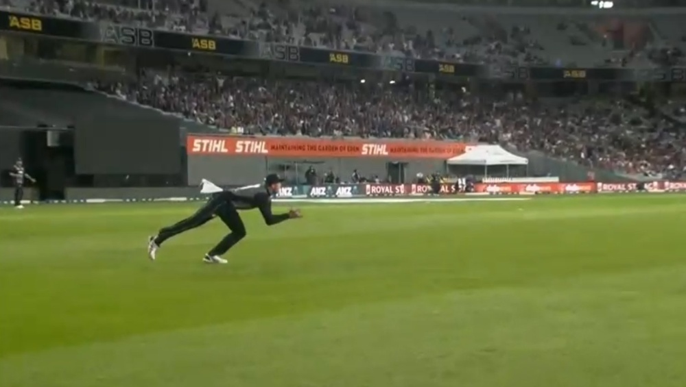 Martin Guptill Grabs a Stunner to Dismiss Virat Kohli on 45 Runs During IND vs NZ 1st T20I 2020, Netizens Hail the Kiwi Player (Watch Video)