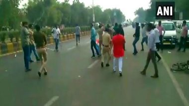 ABVP, NSUI Members Clash During Protest Against JNU Violence in Gujarat's Ahmedabad; Over 10 Injured (Watch Video)