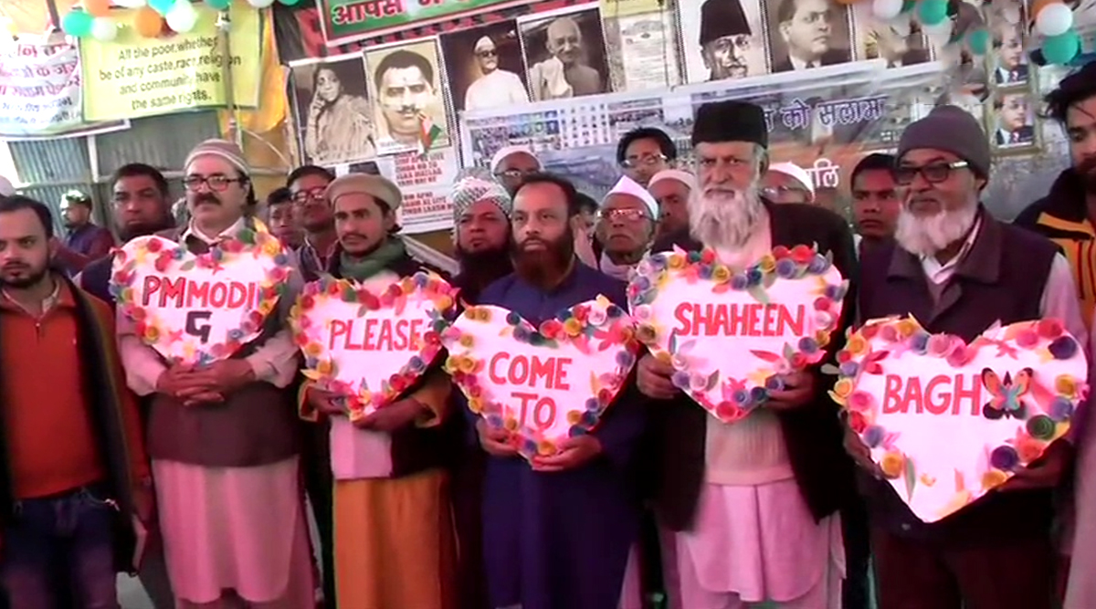 Shaheen Bagh Protesters Hold Heart-Shaped Cutouts on Valentine's Day Inviting PM Narendra Modi to Celebrate the Day With Them; See Pics and Video